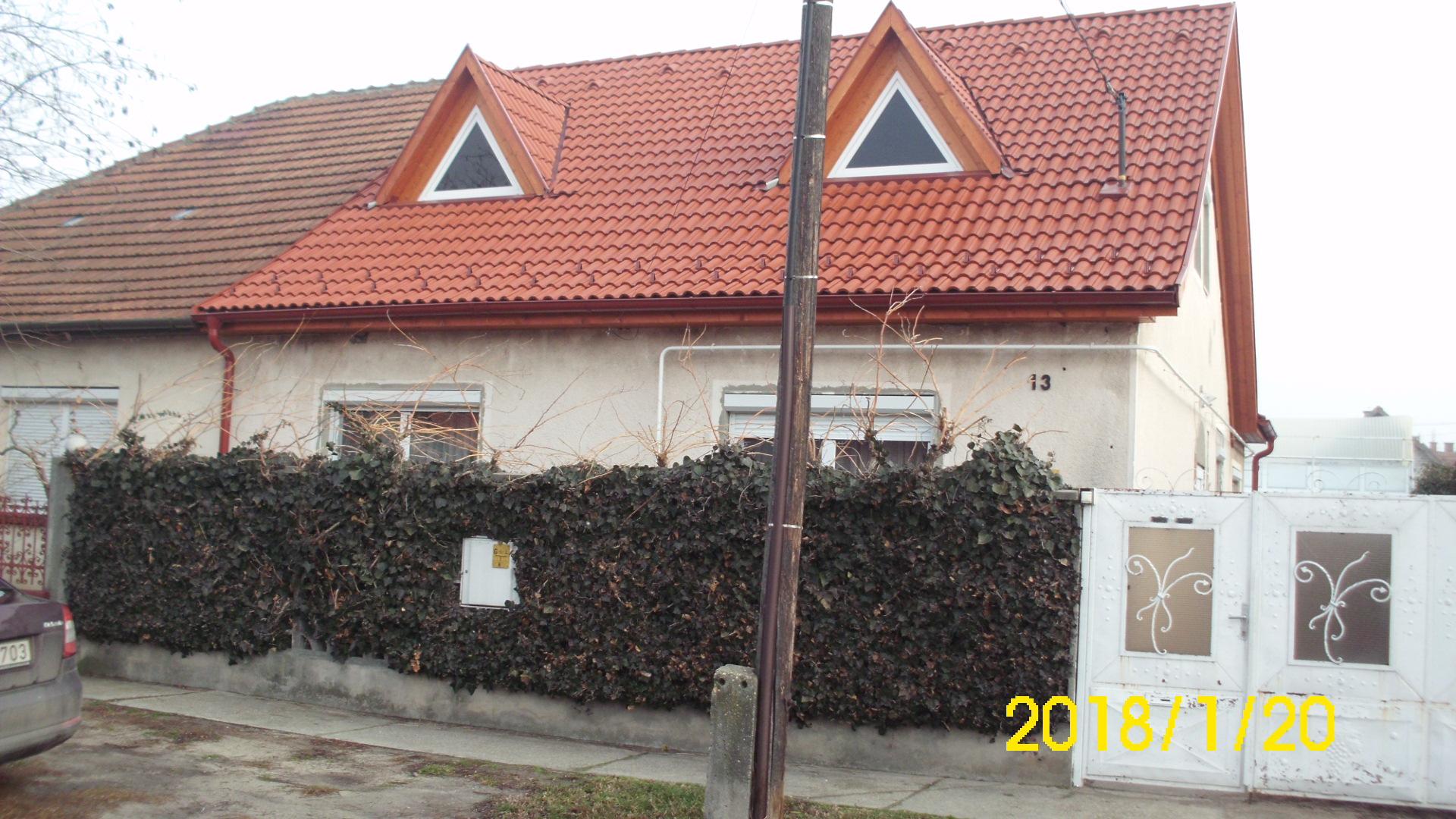 Kiskunhalas, Korvin utca tetőteres családi ház melléképülettel.