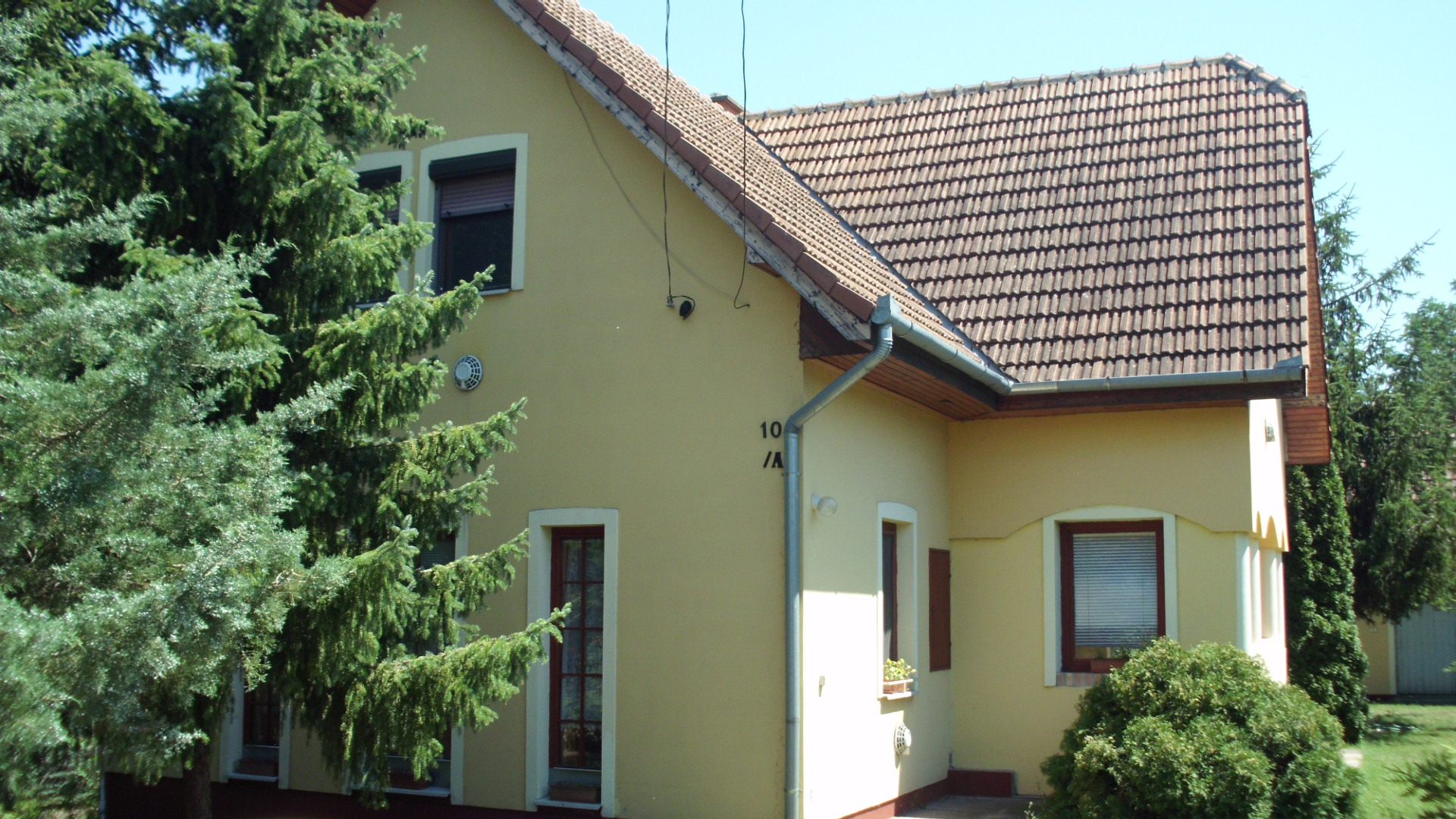 Kiskunhalas, tetőteres családi ház nagy telekkel.