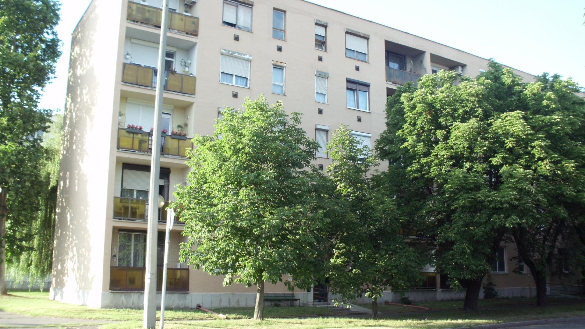 Kiskunhalas első emeleti 2 szobás erkélyes lakás eladó