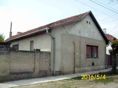 Részben felújított Hímző utcai ház
