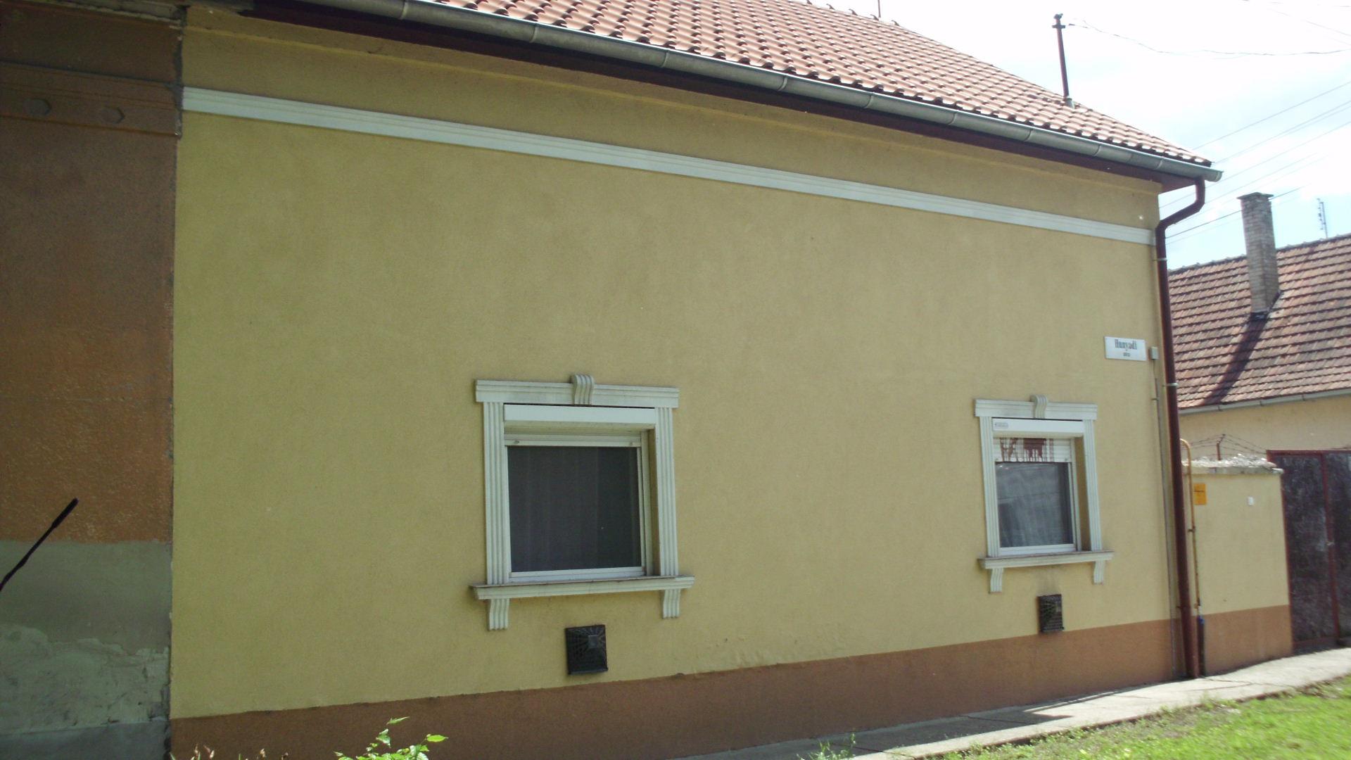 Kiskunhalas, Hunyadi utcában 2 szobás lakóház eladó