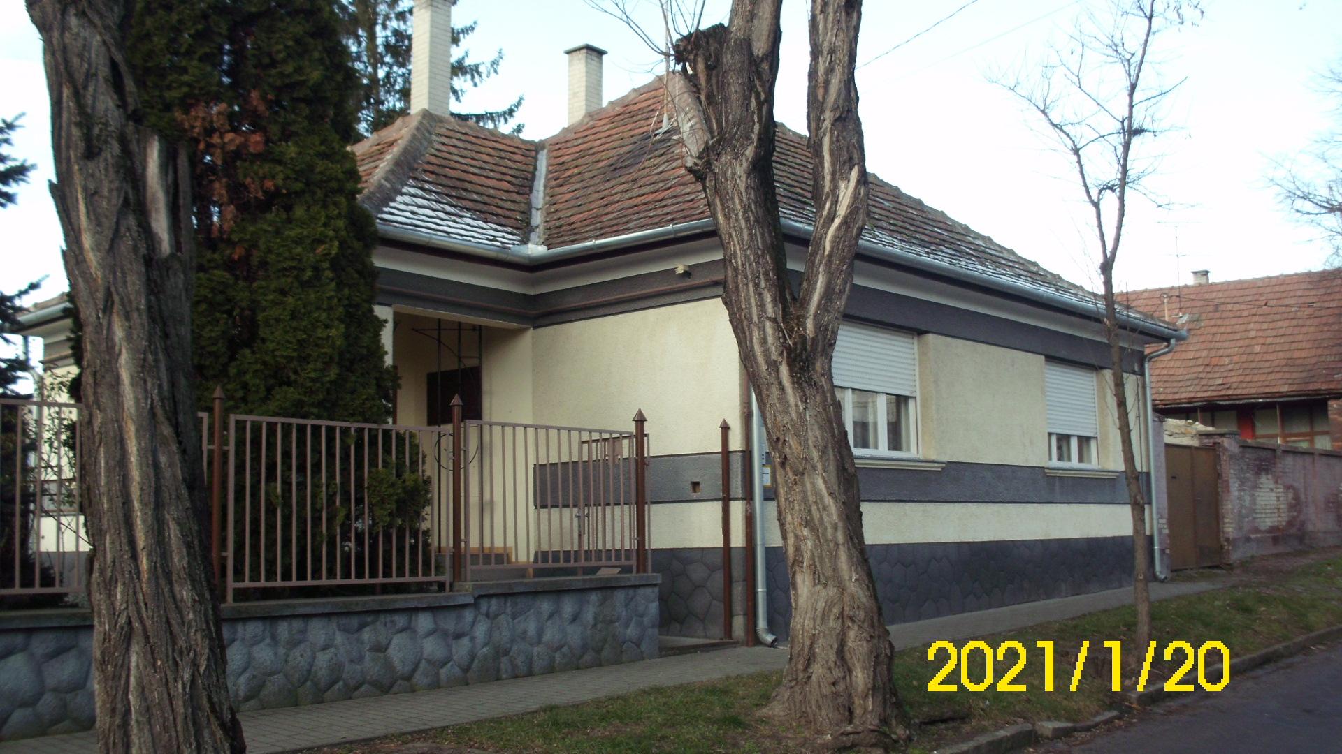 Kiskunhalas városközpontjában 3,5 szobás családi ház eladó.