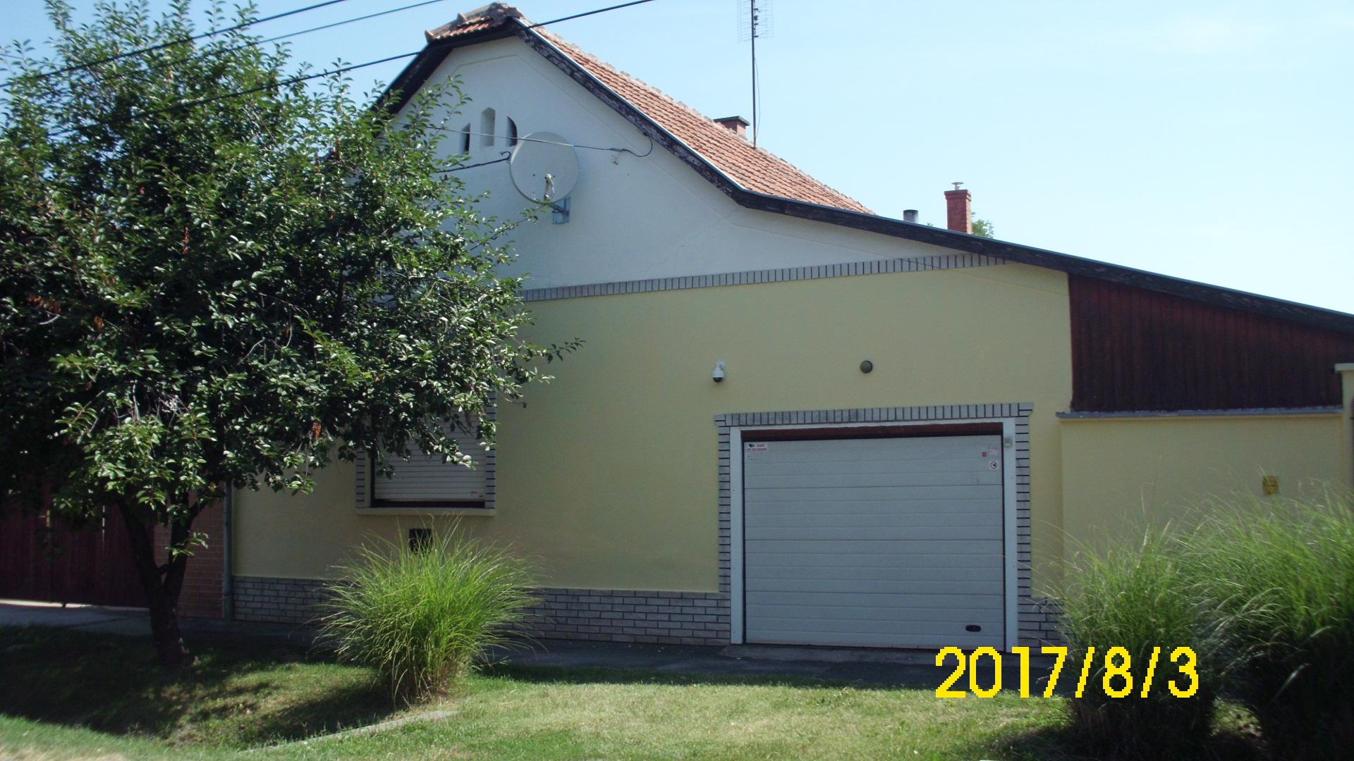Jánoshalma, Orczy utcában két lakrészes családi ház nagy melléképületekkel.