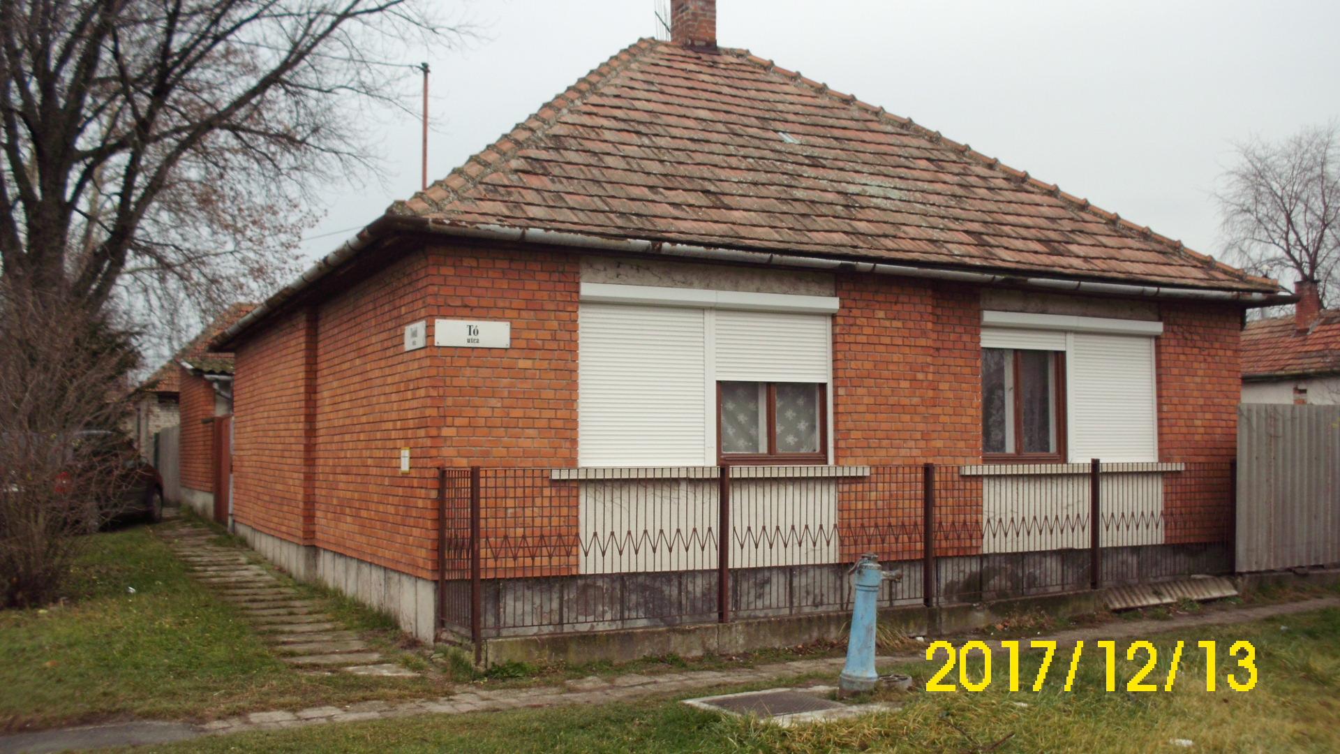 Toldi utcában saroktelki fekvésű 2 szobás ház