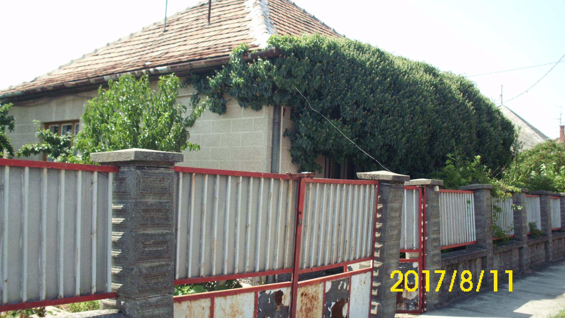 Soltvadkert, Kölcsey utca 2 szobás családi ház nagy melléképületekkel.