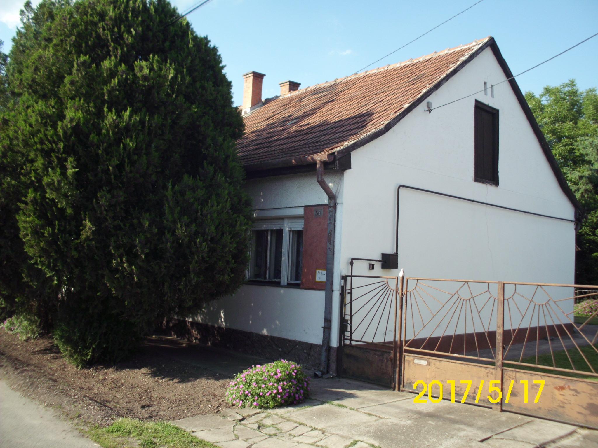 Kiskunhalas, Dobó utca 2 szobás sorház, garázzsal, melléképülettel.