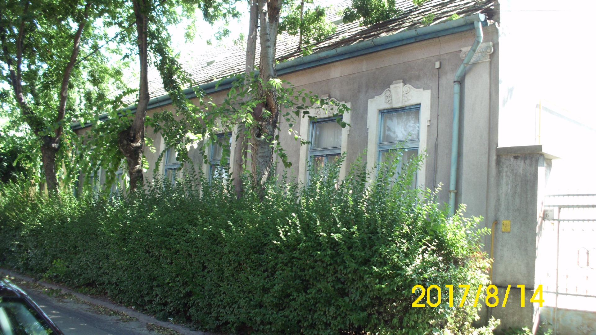Alkotmány utca elején 4 szobás polgári ház