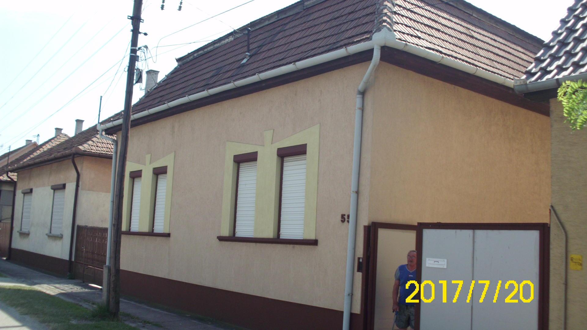 Kiskunhalas, Batthyány utcában két lakrészes, alápincézett családi ház melléképületekkel