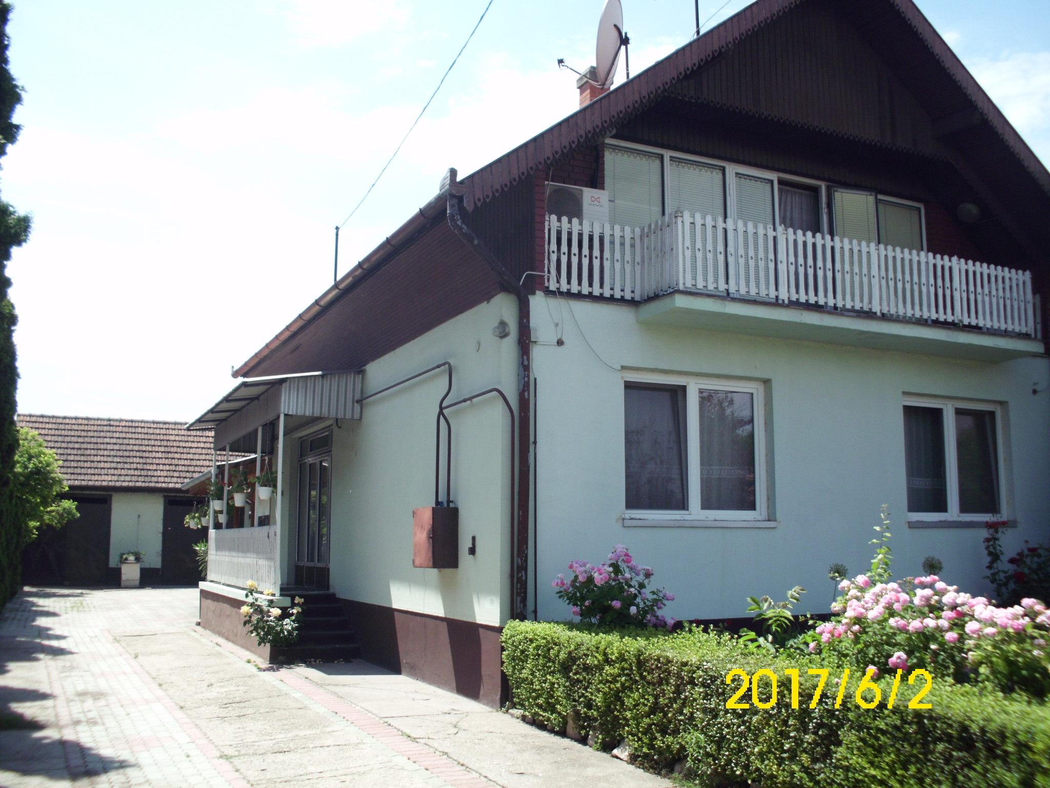 Kiskunhalas, Hunyadi utcában tetőteres családi ház nagy melléképületekkel.