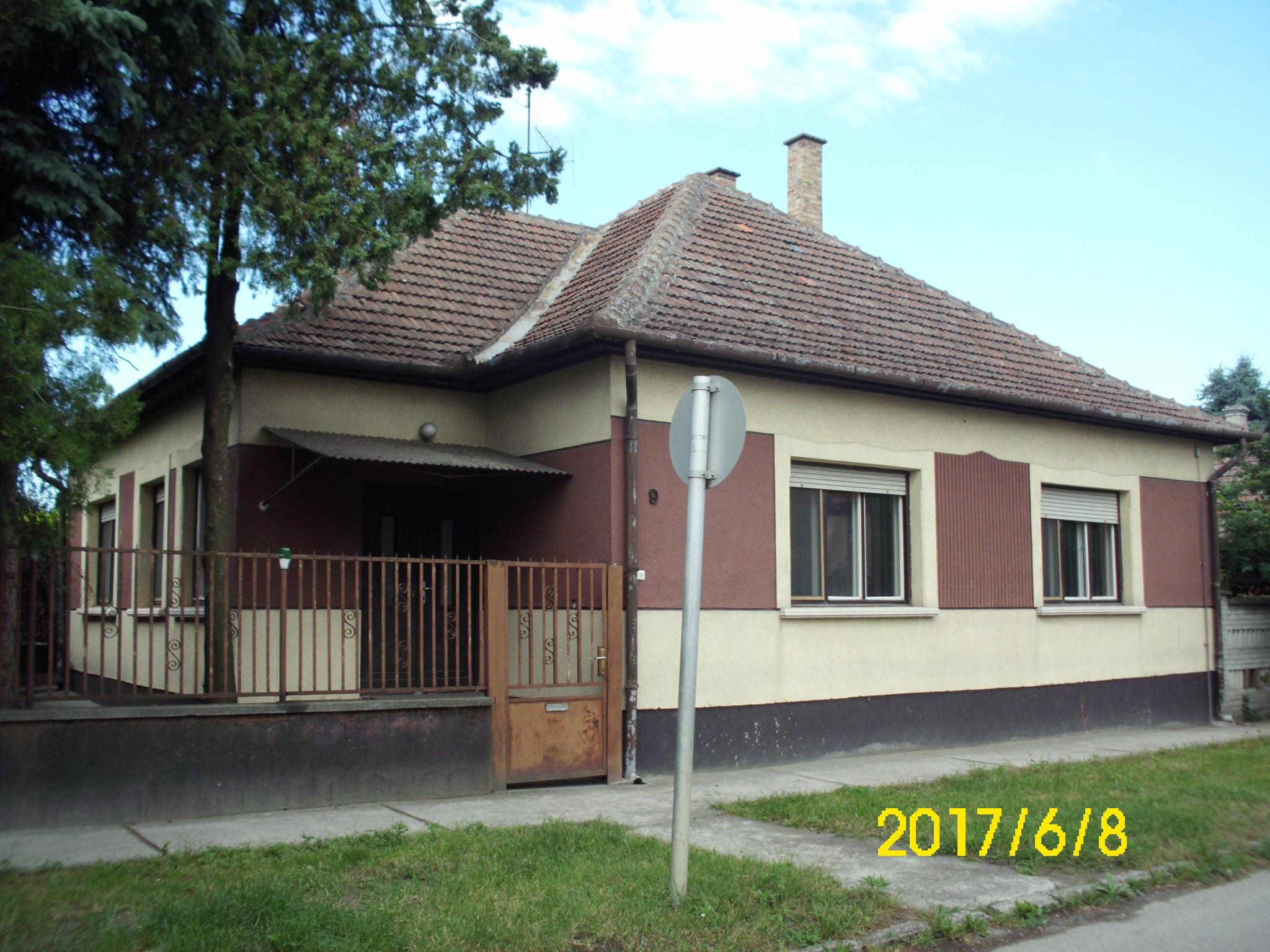 Kiskunhalas, hunyadi utca elején 3 szobás családi ház